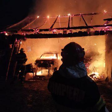 FOTO: Incendiu devastator în Livezile! I-a ars mașina în garaj!