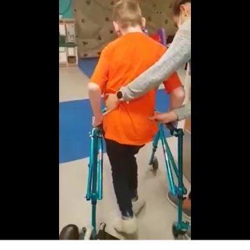 VIDEO EMOȚIONANT: Robert face primii pași! La noapte, cea de-a doua operație!