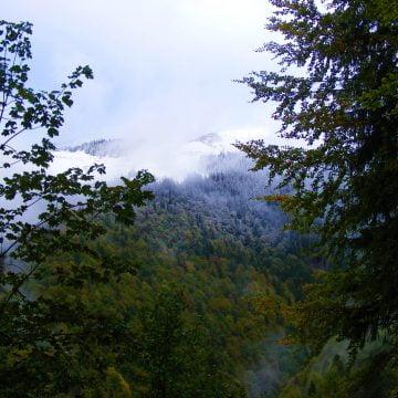 FOTO – ÎȚI TAIE RĂSUFLAREA: Toamna și iarna și-au dat întâlnire în Munții Rodnei