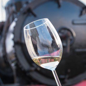 VIDEO: Duminică sunteți invitați la petrecere! Povestea vinului în Mocănița Transilvaniei, varianta 2020!