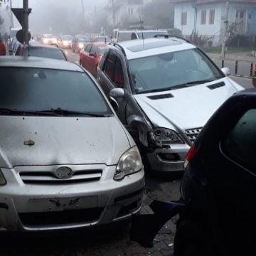 FOTO: Ar fi adormit la volan și a intrat în patru mașini parcate