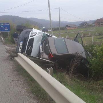 FOTO Crainimăt: Două mașini ajunse în afara carosabilului, după o depășire neregulamentară