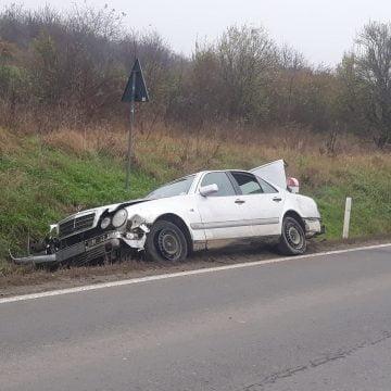 FOTO: N-are nici măcar buletin, dar a ieșit la plimbare cu mașina și a avariat-o!
