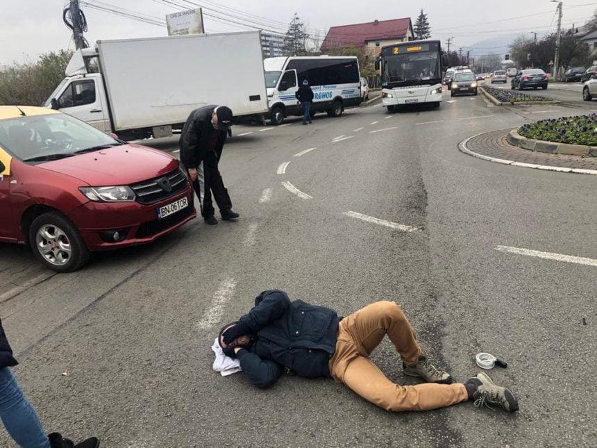 FOTO: Biciclist lovit de un taxi în sensul de la Kauflandul de jos