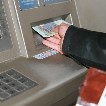S-a dus la bancomat, a rămas fără card, apoi altcineva îi scotea banii din cont