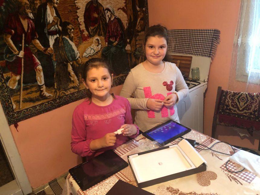 Antonia și Florina, micuțele rămase orfane de ambii părinți, în 2016, au primit prima tabletă de la elevii CNAM