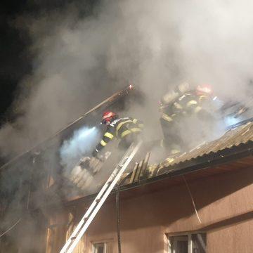 FOTO/VIDEO: În prag de iarnă, o familie din Feldru a rămas fără un acoperiș deasupra capului, în urma unui incendiu