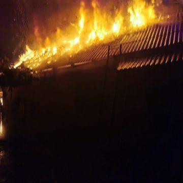 FOTO: O instalație improvizată a dus la un incendiu puternic în Mititei