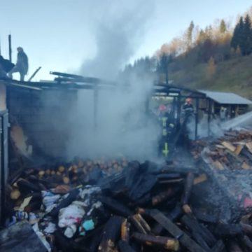 FOTO: Le-a ars magazia de lemne și acoperișul casei. Două persoane au primit îngrijiri medicale