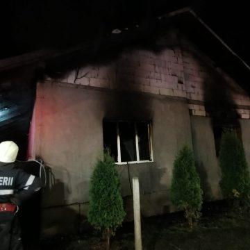 Focul ce a distrus o casă în Vermeș, pus intenționat. Piromanul, reținut