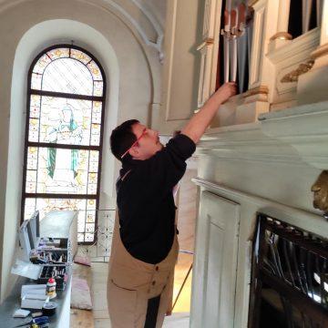 """FOTO: Au început lucrările de restaurare la orga bisericii romano-catolice """"Sf. Treime"""" din Bistrița!"""