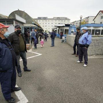 """VIDEO: Comercianții din piața de vechituri de pe Independenței, revoltați că """"doar pe ei i-au închis"""""""