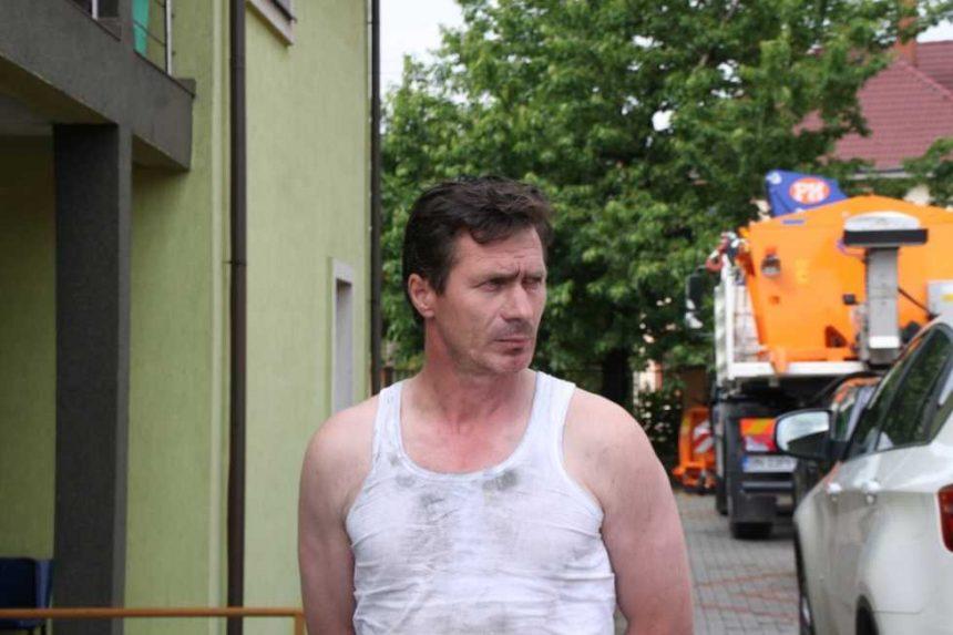 Fost candidat la Primăria Tiha Bârgăului, trimis în judecată. Acesta și-a incendiat casa și pensiunea și și-a înscenat un atac cu arma