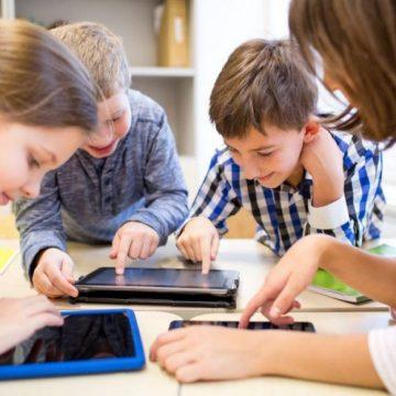 """ADMIRABIL: Doi învățători de la Colegiul """"Liviu Rebreanu"""" au strâns peste 4.500 de lei pentru a cumpăra tablete elevilor"""