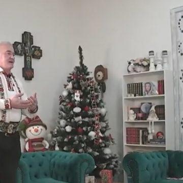 VIDEO: Primarul și-a făcut o intrare spectaculoasă, colindând impresionant, în direct