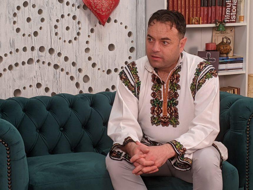 VIDEO: Primarul din Poiana Stampei, în straie de sărbătoare, despre delicatesele și tradițiile deosebite din Bucovina