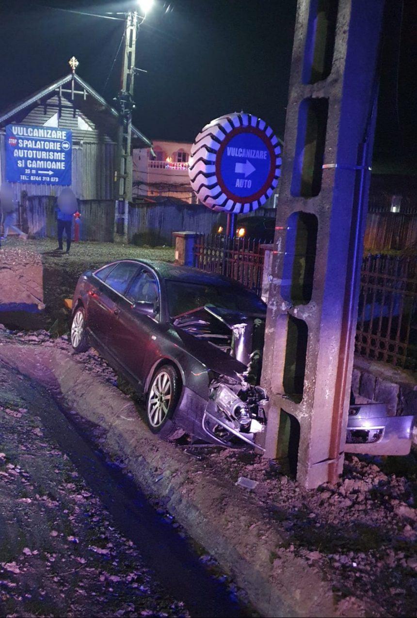 FOTO: O șoferiță s-a înfipt cu mașina într-un stâlp