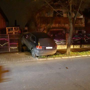 FOTO: Băut, a zburat cu mașina în poarta unei case, în miez de noapte