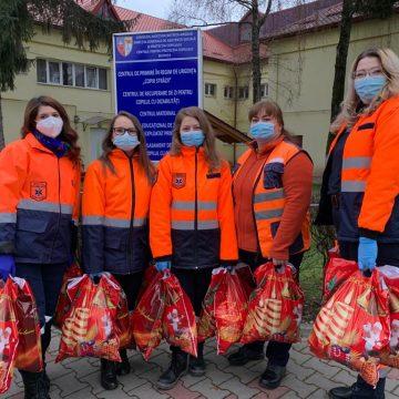 Și-au dat jos hainele de salvatori și s-au îmbrăcat în ajutoarele Moșului pentru copii și bunici