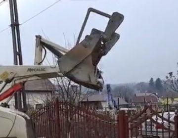 MINUNAT: Le-a pus primarul în curte gunoiul aruncat pe malul Someșului