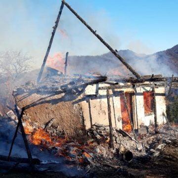 FOTO/VIDEO: O bunică a murit după ce a rămas blocată în casa cuprinsă de flăcări