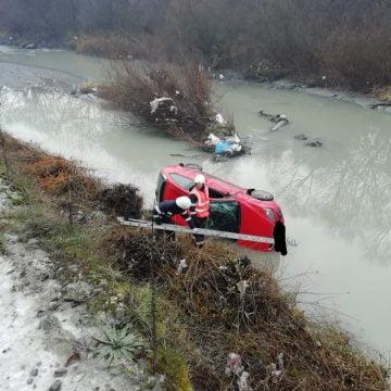 FOTO: O șoferiță a plonjat cu mașina în râul Bistrița