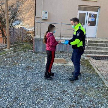FRUMOS: Șeful postului de poliție Parva a cadorisit 16 copii nevoiași cu tablete