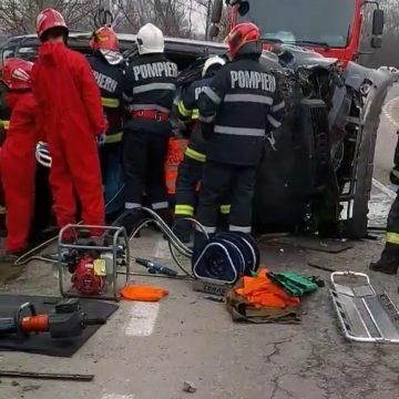 FOTO/VIDEO: Bistrițeancă încarcerată, după ce a lovit cu mașina un copac