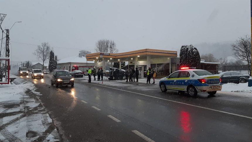 FOTO/VIDEO Accident spectaculos la benzinărie: două mașini s-au ciocnit, una s-a răsturnat printre pompe