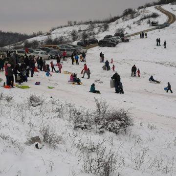 Frig este, zăpadă este, bistrițenii tot pe Dealul Budacului se distrează! Pârtia Cocoș, închisă!