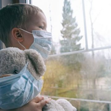 ABERANT: Părinții vaccinați, liberi să circule! Copiii lor, în carantină!