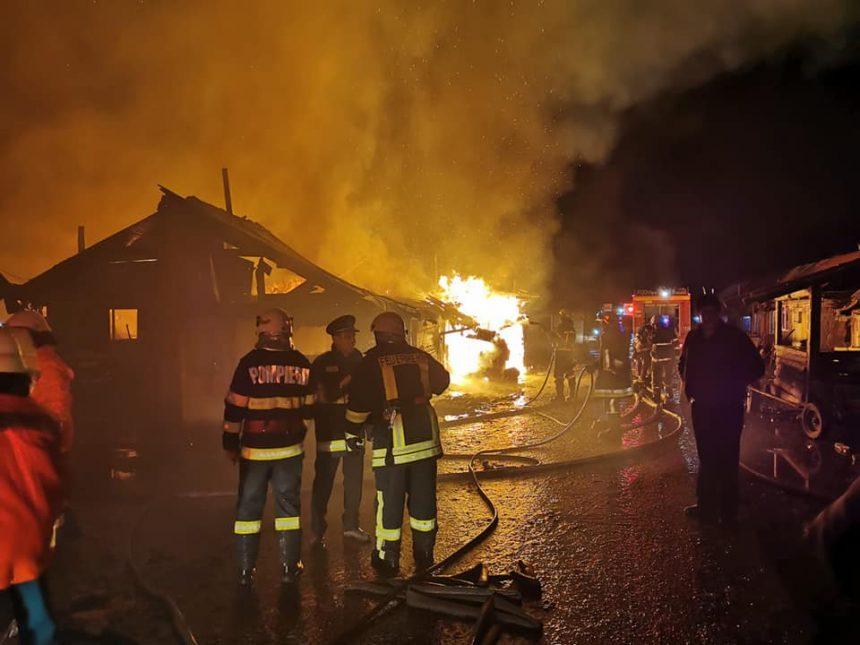 FOTO/VIDEO: Aproape 150 de copii rămași pe drumuri, după ce un incendiu violent le-a distrus casele