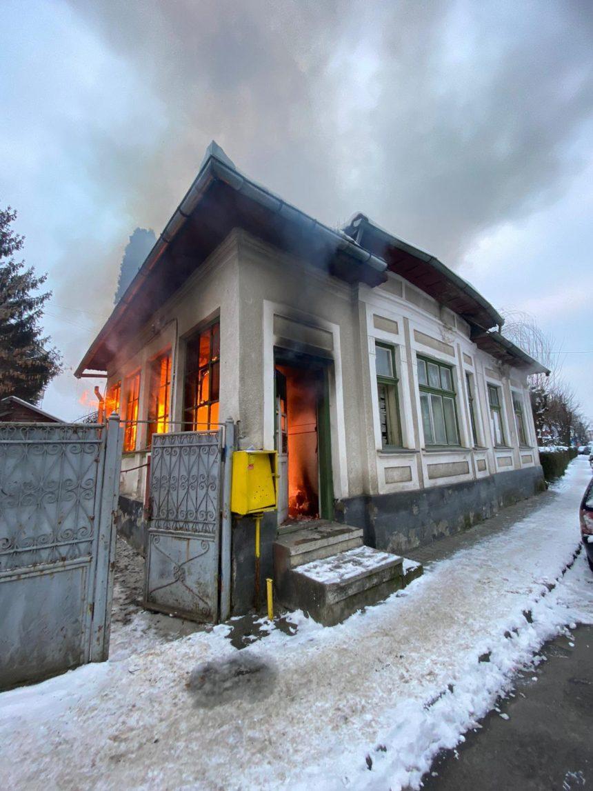 FOTO/VIDEO Casă abandonată din Ștefan Cel Mare, cuprinsă de flăcări