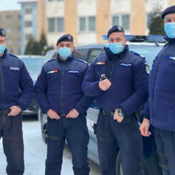 Cum au ajuns 4 jandarmi aflați în patrulare să salveze trei adulți și patru copii dintr-o casă cuprinsă de flăcări