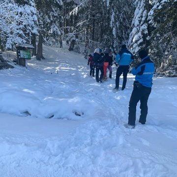 """FOTO -Bistrițenii au luat cu asalt zonele cu zăpadă! Un """"curajos"""" a apelat la jandarmi, după ce a rămas blocat pe un drum forestier"""