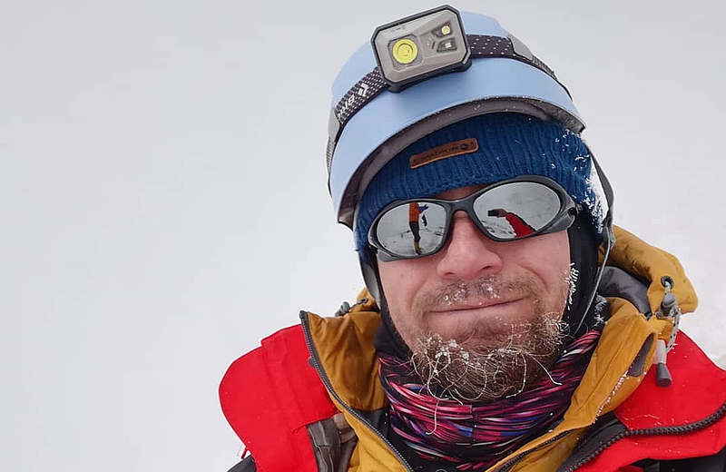 """Un ghid montan """"adoptat"""" de Sîngeorz-Băi a cucerit cel mai înalt vulcan din lume. Printre provocări: carantina în cort la 4.900 de metri"""