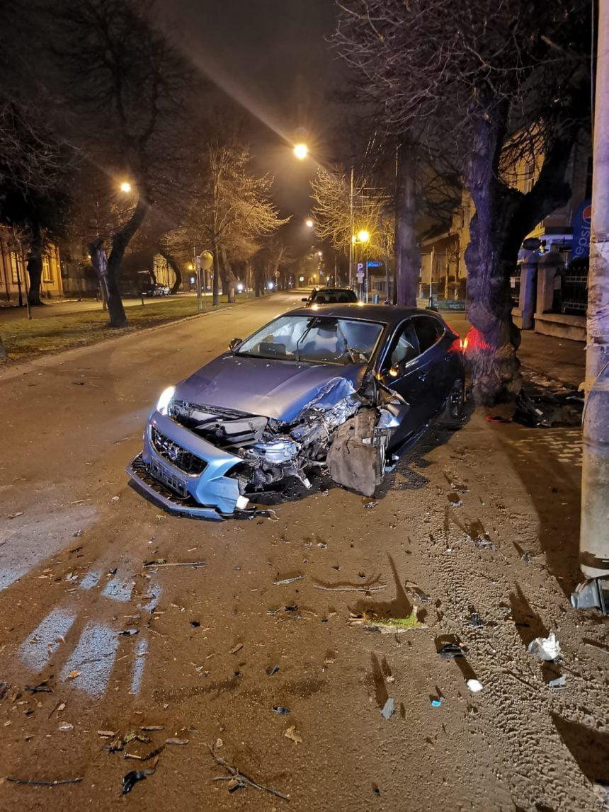 ULTIMA ORĂ: Accident pe Republicii! Un tânăr beat a intrat cu mașina într-un copac!