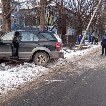 FOTO: O șoferiță a rupt un copac, un stâlp și un gard, pe Libertății