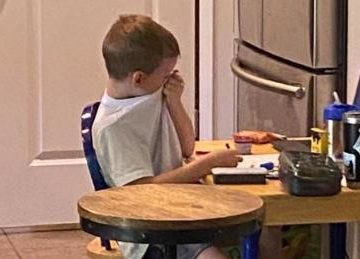 O mamă către profesoara de matematică: NU vreau să-mi mai găsesc fiul plângând!
