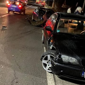 FOTO: O șoferiță a făcut praf două mașini într-o intersecție pe DN 17