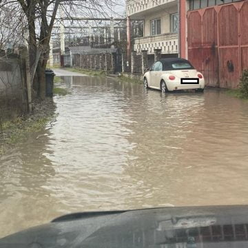 FOTO/VIDEO: Lac pe strada Livezi, la fiecare ploaie! Poți ajunge cu barca la sensul giratoriu de un milion de euro