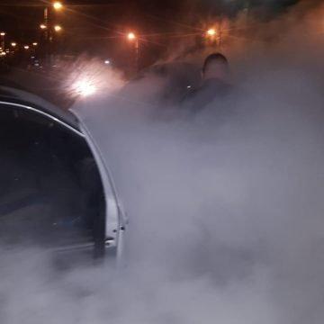 """FOTO: Jandarmii au """"devenit"""" pompieri, după ce o mașină s-a aprins în mers"""