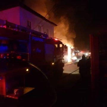 FOTO/VIDEO: Intervenție dificilă a pompierilor, în Nepos! Exista posibilitatea ca flăcările să cuprindă un rezervor cu 5.000 litri motorină