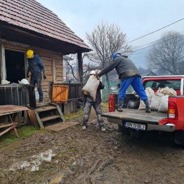 EXTRA: Au dat jos toată tencuiala și au demontat casa, bârnă cu bârnă! O vor remonta în Parcul cu peri seculari de pe dealul Cocoș