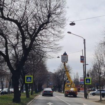 FOTO:  Se montează noi leduri, pe Bulevardul Republicii! Le vom vedea luminând diseară. Ce îi îngrijorează pe șoferi: