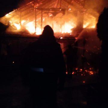 FOTO/VIDEO: Două case, cuprinse de flăcări în această noapte! Proprietarii au avut nevoie de îngrijiri medicale