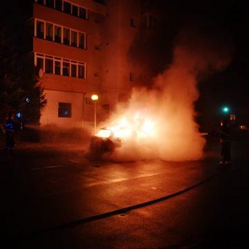 FOTO/VIDEO: Un autoturism a ars ca o torță pe strada Mihai Eminescu