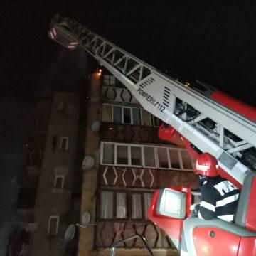 FOTO/VIDEO: Flăcări violente au mistuit acoperișul unui bloc din Rodna. 180 de persoane – evacuate în miez de noapte