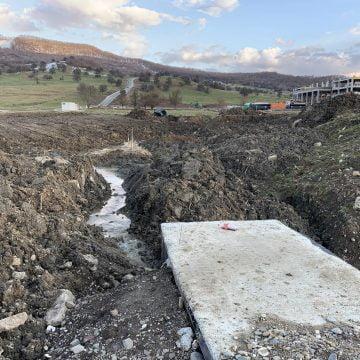 """FOTO – Dezastru: Trei specii protejate de interes european, îngropate sub ciment, în apropiere de Bistrița! """"Cine proiectează astfel de construcții este un criminal…"""""""