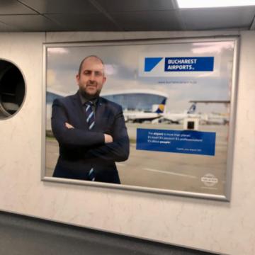 """Să-l cunoască lumea… din avion! Bistrițeanul """"uns"""" la conducerea aeroporturilor din București și-a pus afiș cu el la intrare"""